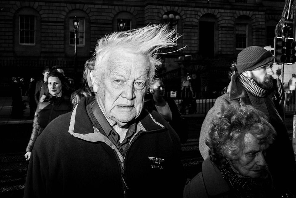 Ein Mann mit hochgewehtem Haar.