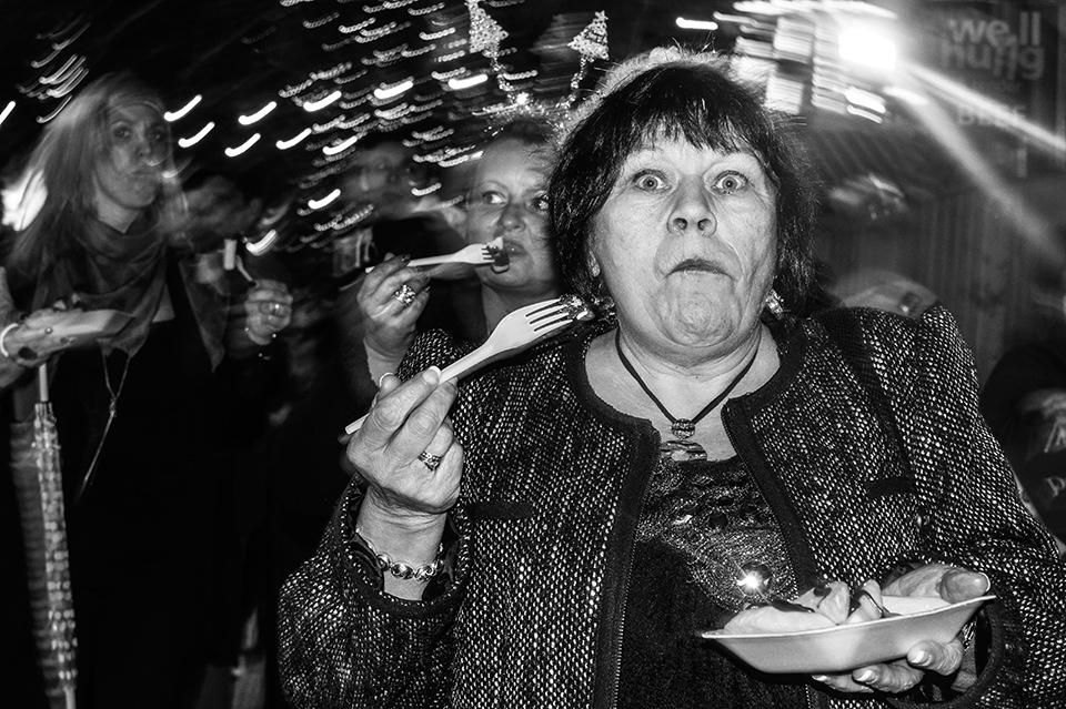 Eine Straßenfotografie, die eine Frau mit erschrockenen Augen zeigt.
