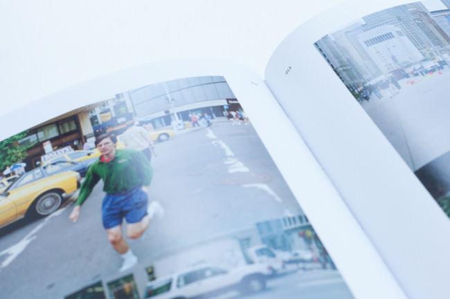 Fokus auf die innenliegenden Seitenzahlen des Buches Twirl/Run von Jeff Mermelstein.
