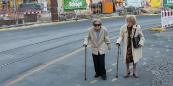 Zwei alte Frauen auf dem Weg in die Stadt