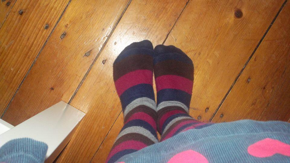 Blick auf zwei Füße.