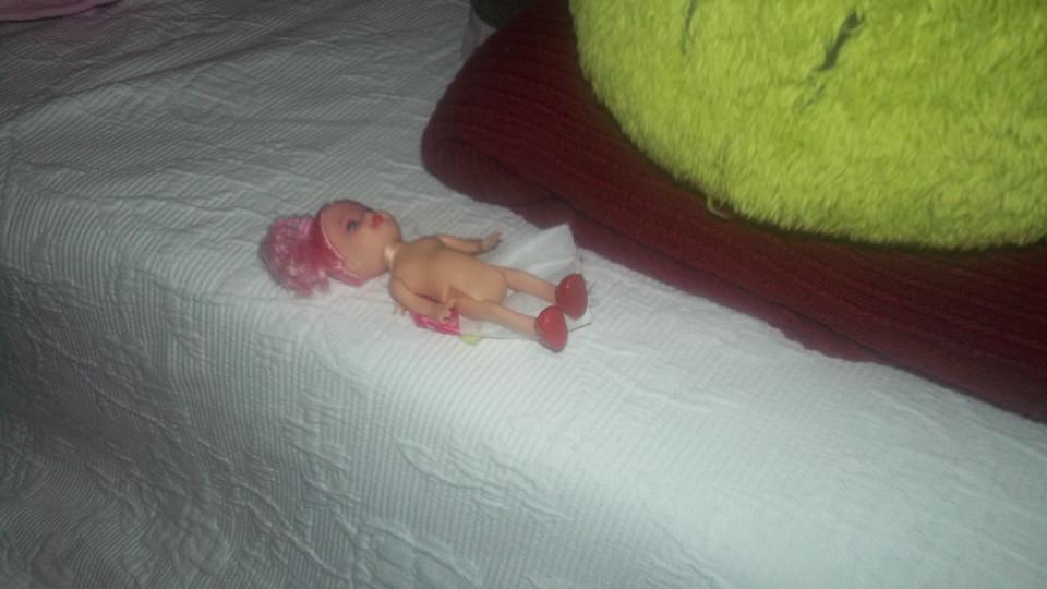 Eine Puppe auf dem Sofa.