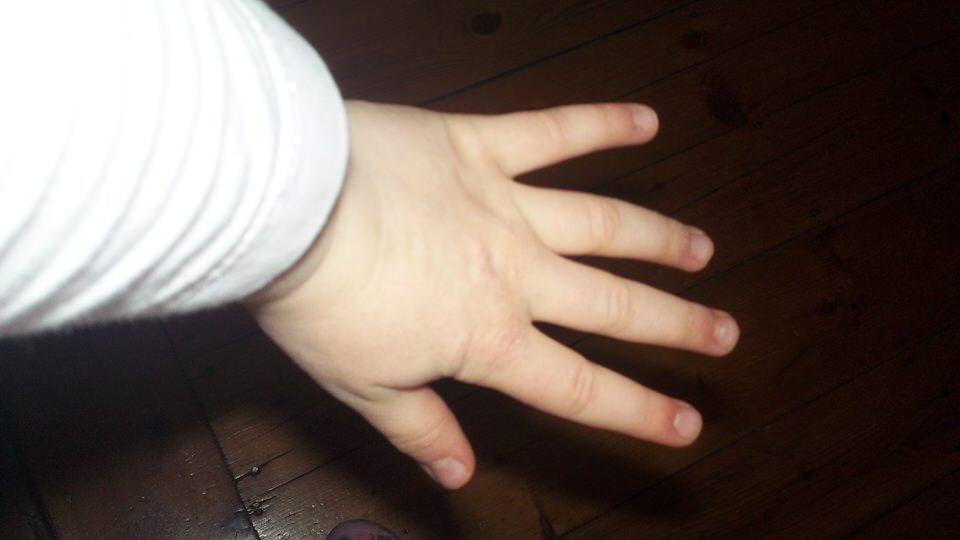 Die Hand eines Kindes.