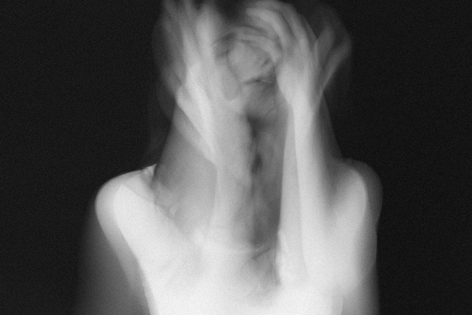 Mehrfachbelichtung einer Frau in schwarzweiß.
