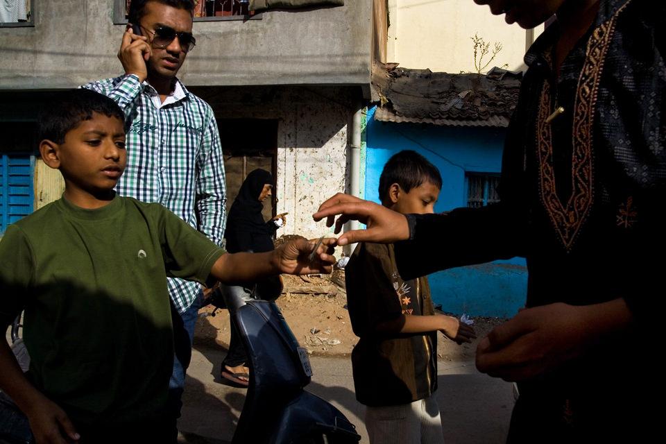 Eine Straßenfotografie aus Indien, auf der viele Personen zu sehen sind.