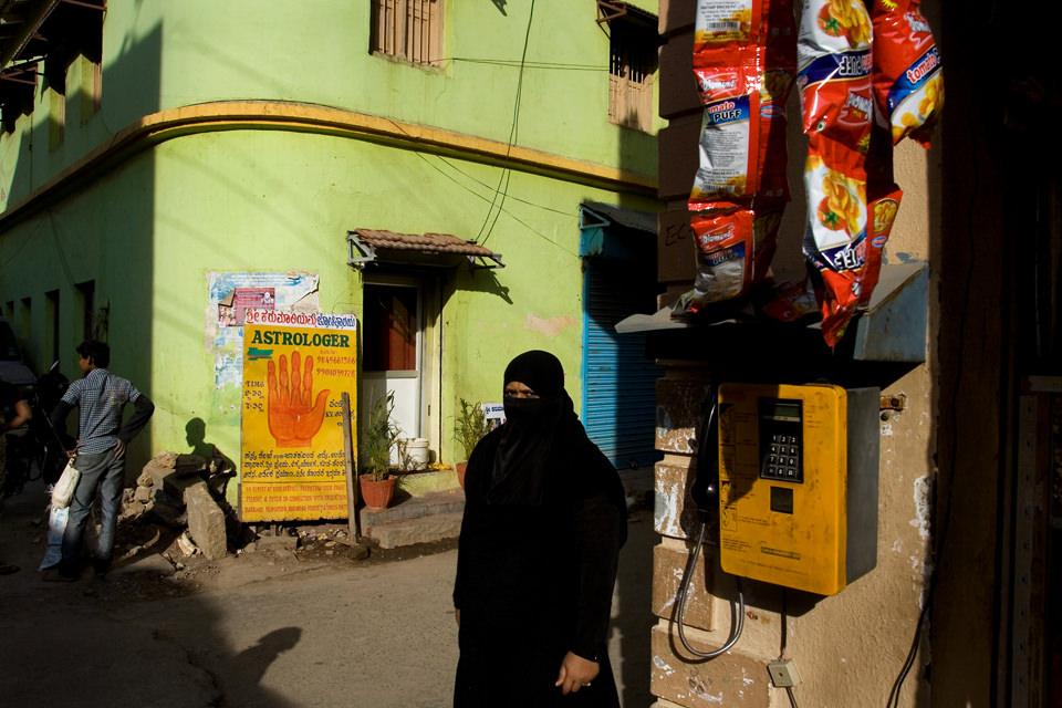 Eine Frau mit Kopftuch ist zu sehen.