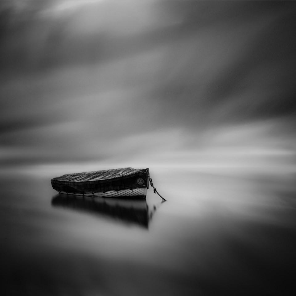 Ein Ruderboot im Wasser.