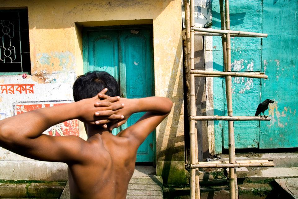 Ein Junge mit nacktem Oberkörper.