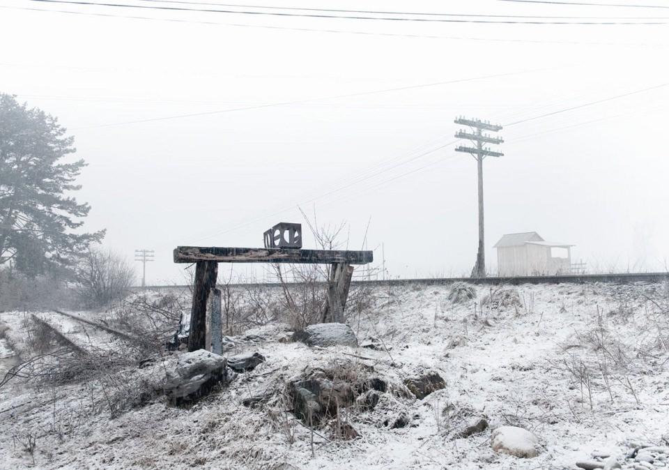 Prellbock am Ende eines Gleises in einer Schneelandschaft.