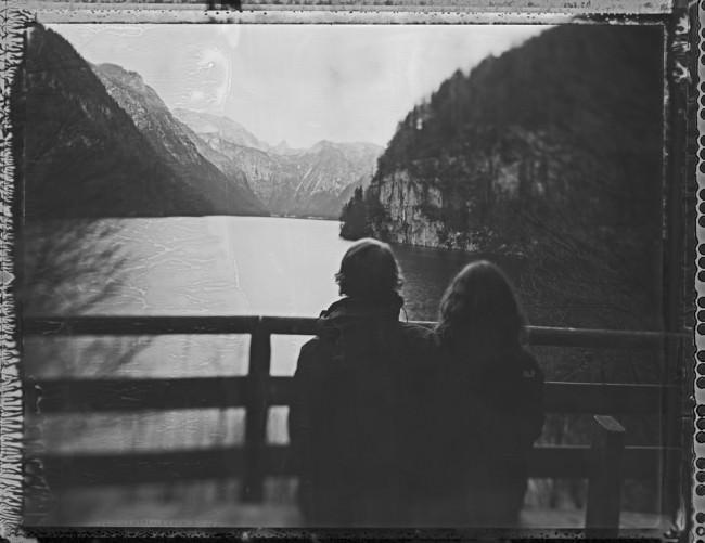 Ein Paar steht vor einem See.
