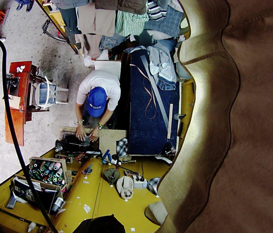 Winziges Ladengeschäft eines Schneiders, weitwinklig von oben fotografiert.