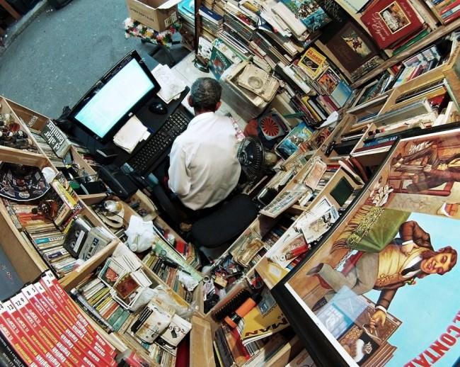 Winziges Ladengeschäft eines Sammlers, weitwinklig von oben fotografiert.