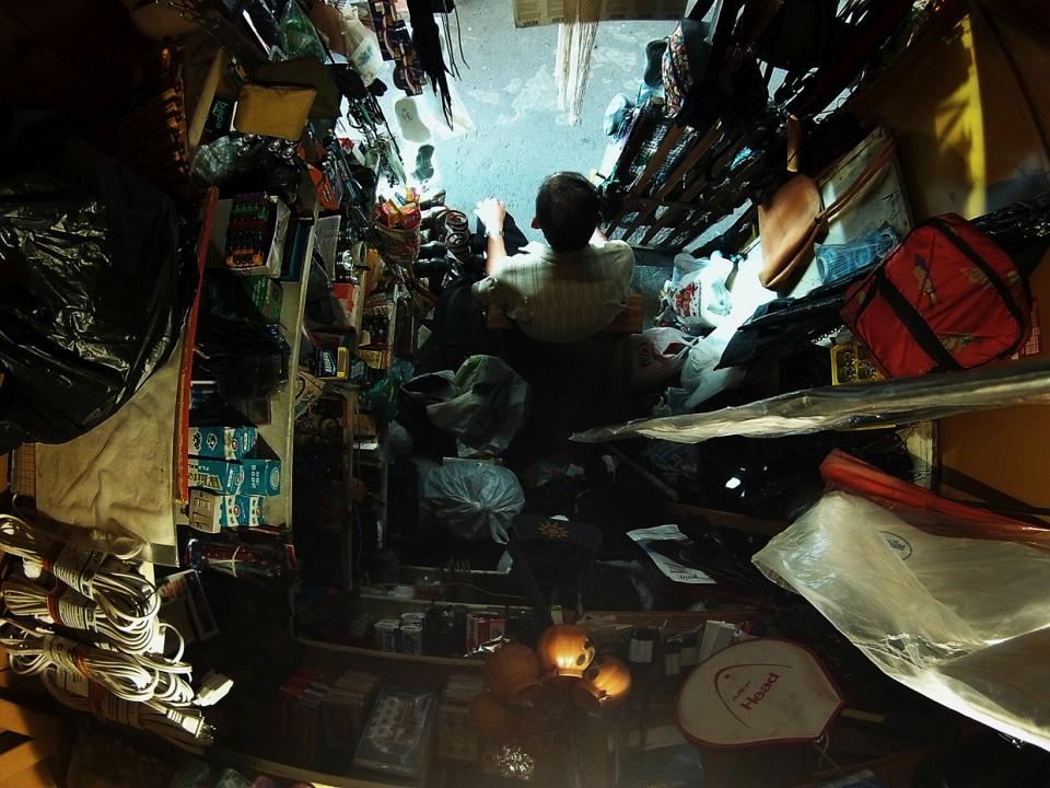 Winziges Ladengeschäft eines Händlers, weitwinklig von oben fotografiert.