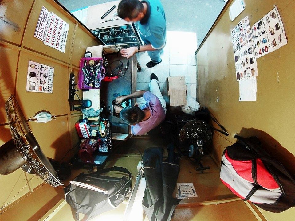 Winziges Ladengeschäft eines Technikers, weitwinklig von oben fotografiert.