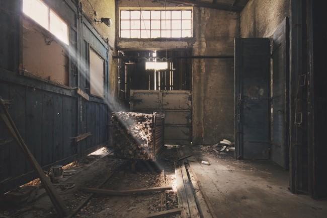 Ein verlassenes Gebäude mit Lichteinfall.