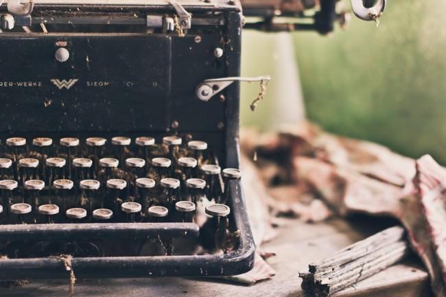 Eine alte Schreibmaschine in einem verlassenen Gebäude.