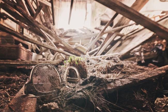 Eine Lesebrille in einer Ruine.