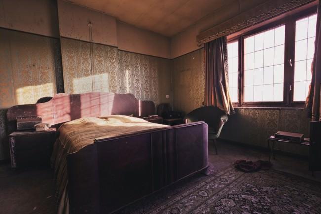 Ein lichtdurchflutetes Schlafzimmer in einem menschenleeren Gebäude.