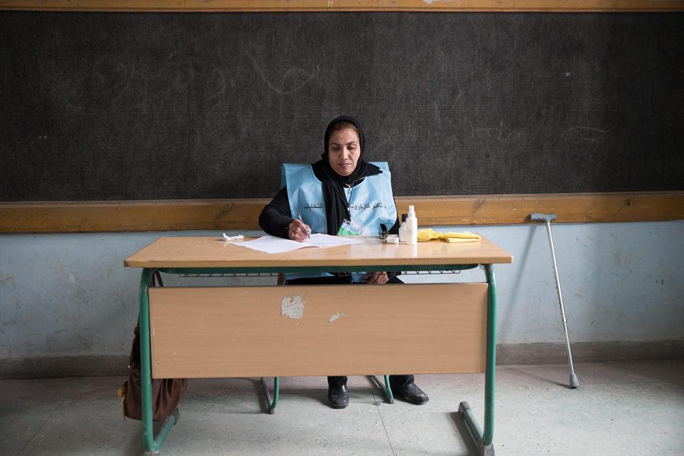 Eine Frau sitzt an einem Schreibtisch.