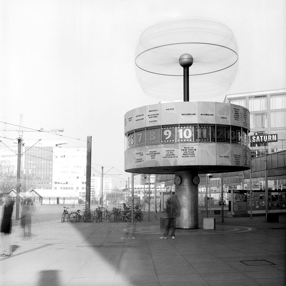 Blick auf die Weltzeituhr am Alexanderplatz.