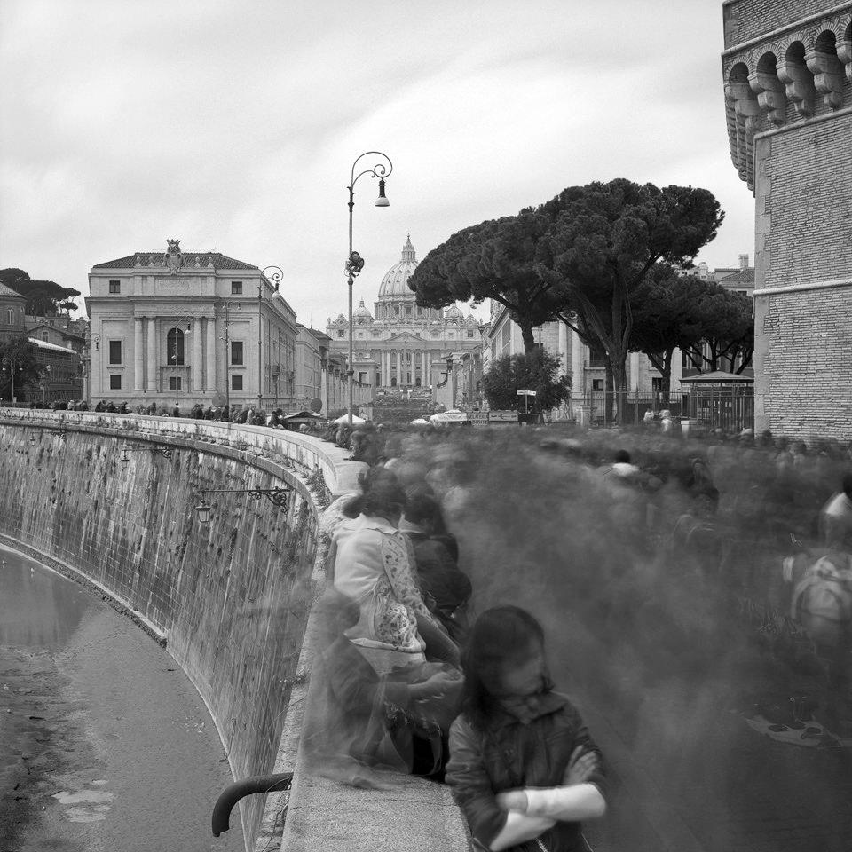 Langzeitaufnahme an der Via della Conciliazione in Rom.