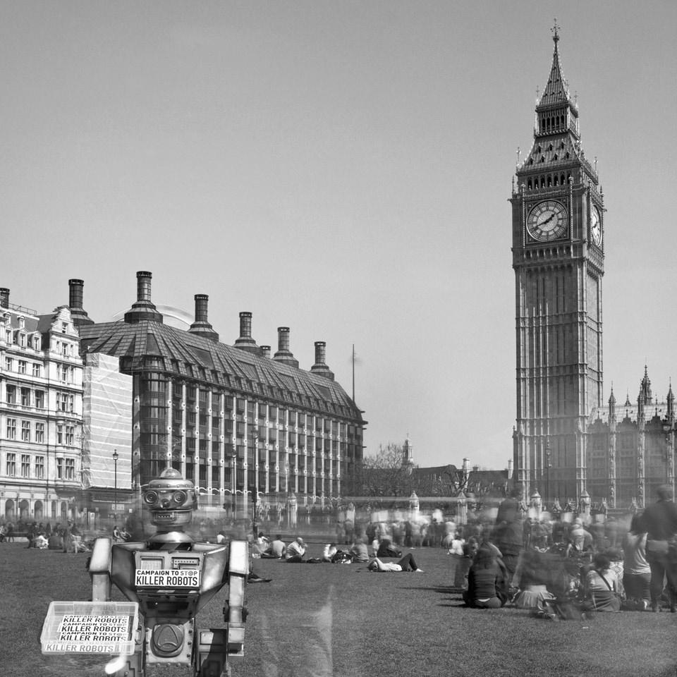Aufnahme vom Parliament Square in London. Im Vordergrund ein Roboter.