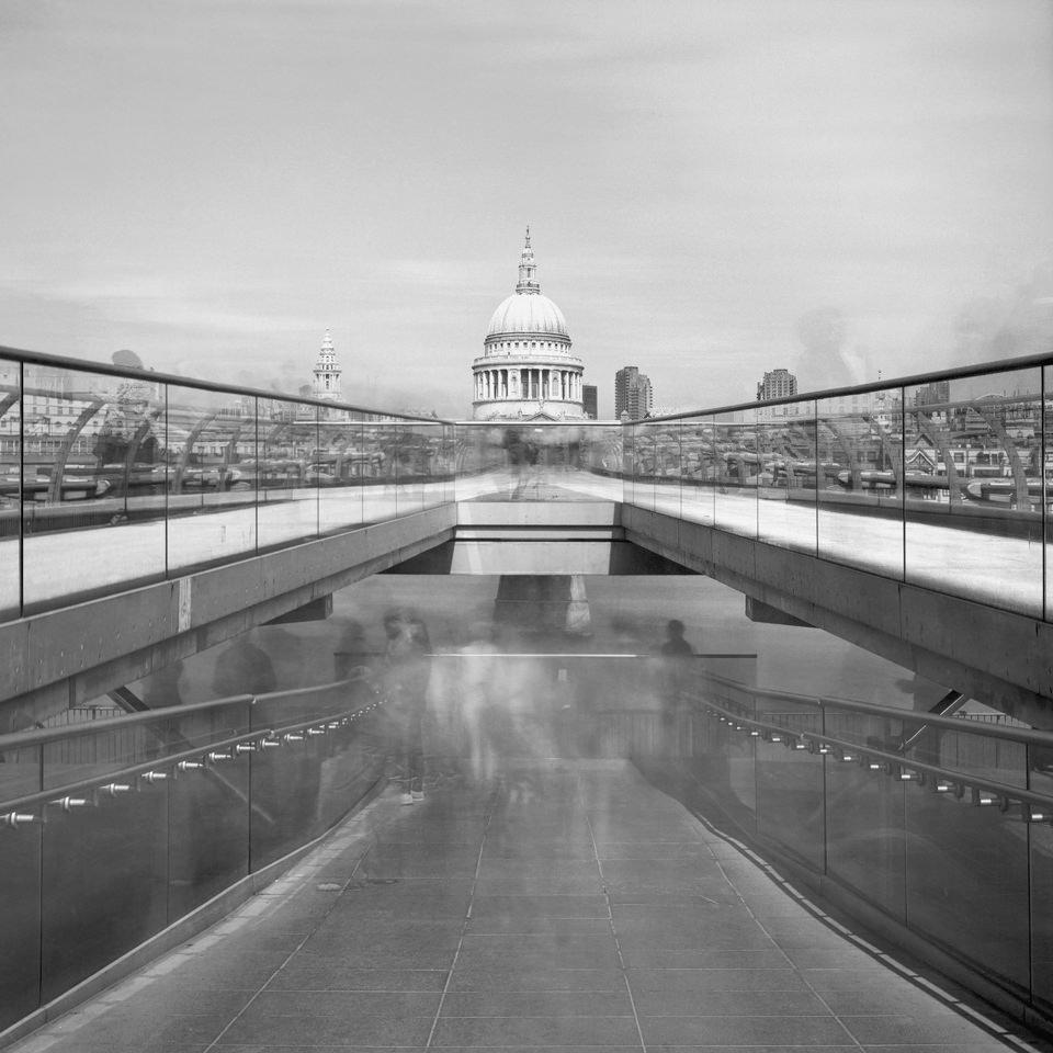 Langzeitaufnahme an der Millennium Bridge in London