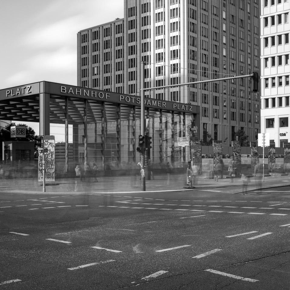 Langzeitbelichtung vom Potsdamer Platz in Berlin über die Kreuzung hinweg.