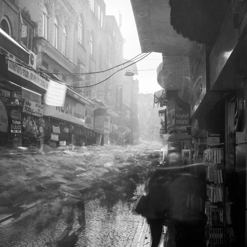 Aufnahme von einer sehr bevölkterten Sabuncu Hani Sokak in Istanbul.