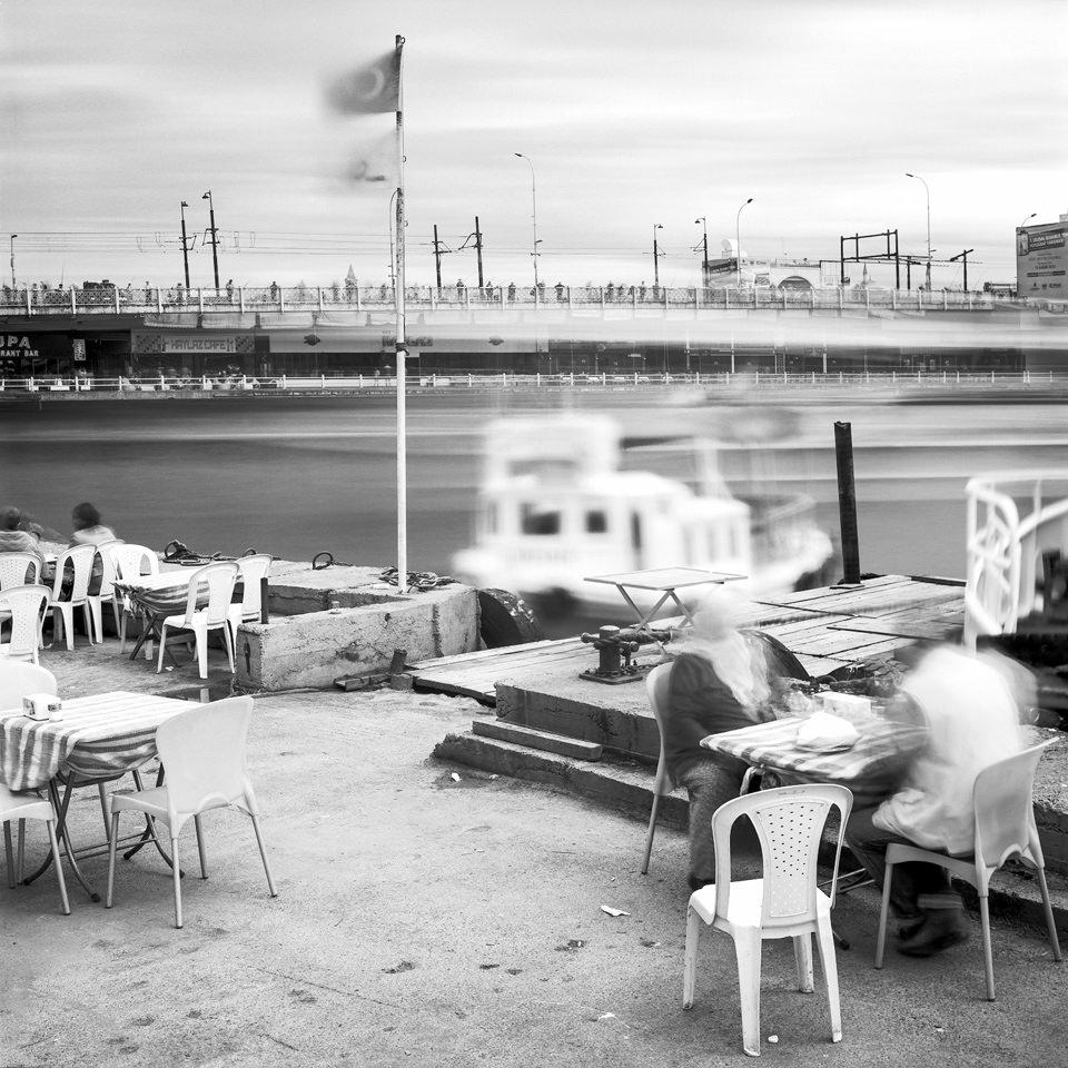 Langzeitaufnahme vom Karaköy Fährhafen in Istanbul.