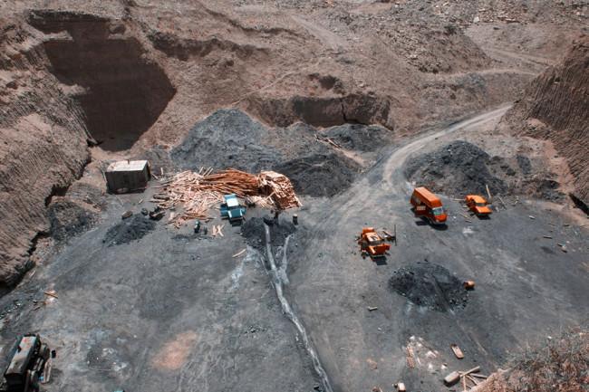 Vogelperspektive auf ein illegales Kohlebergwerk.