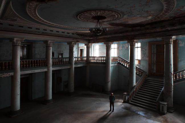 Ein Mann steht in einem leeren Theater.