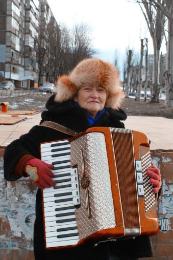 Eine Frau spielt auf der Quetschkommode.