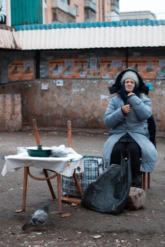 Eine Frau wärmt sich auf, an einem kalten Wintermorgen.