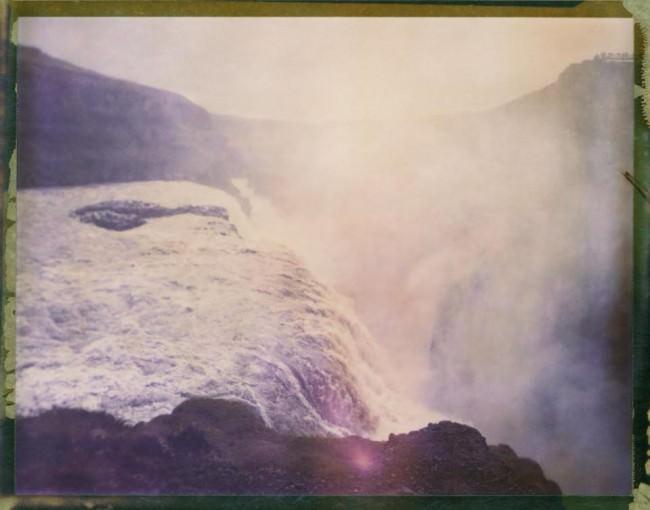 Ein Wasserfall erzeugt Nebel.