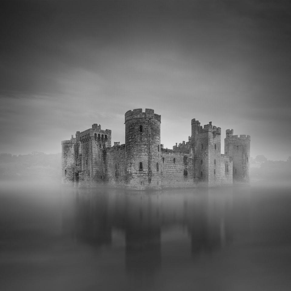 Ein Schloss steht auf einer Insel.