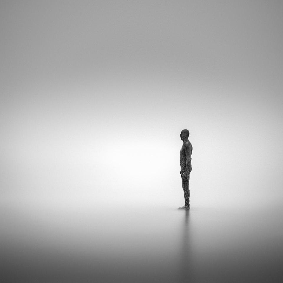 Ein Mann steht im Wasser.