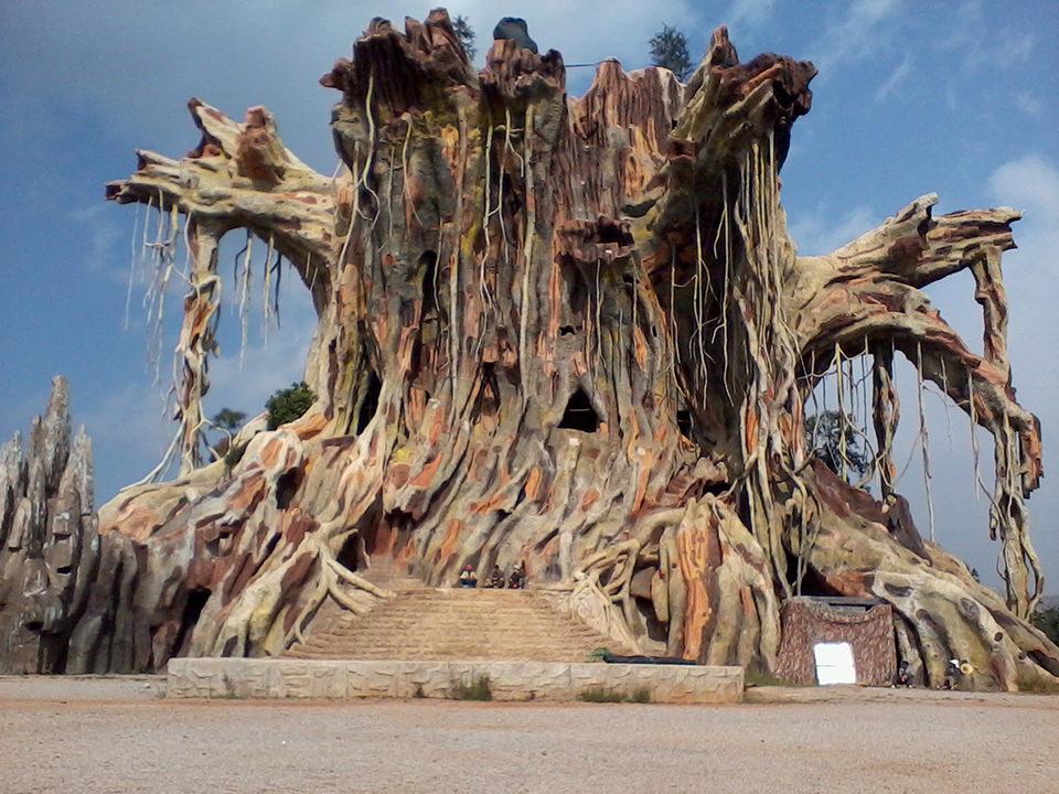 Ein riesiger künstlicher Baum.