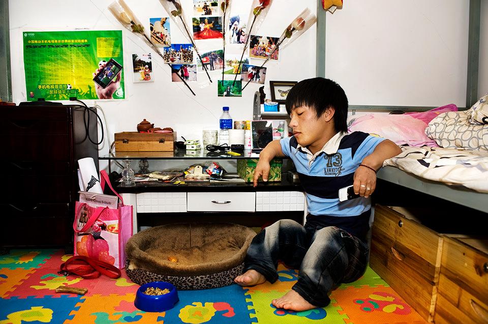 Ein Mann sitzt mit geschlossenen Augen am Boden in einem Zimmer.