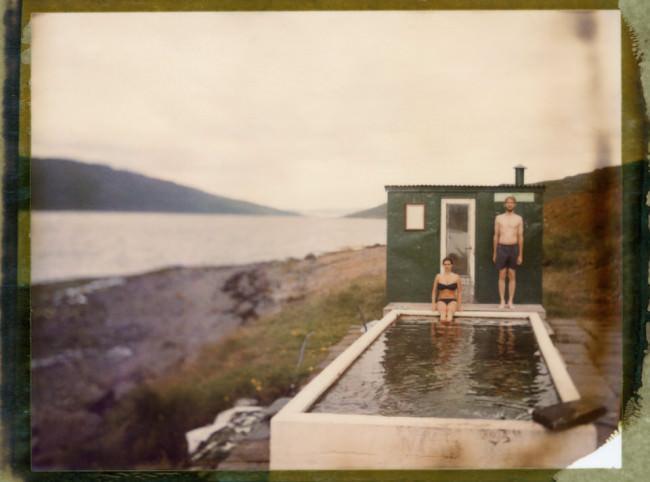 Ein Mann und eine Frau sind an einem Wasserbecken.