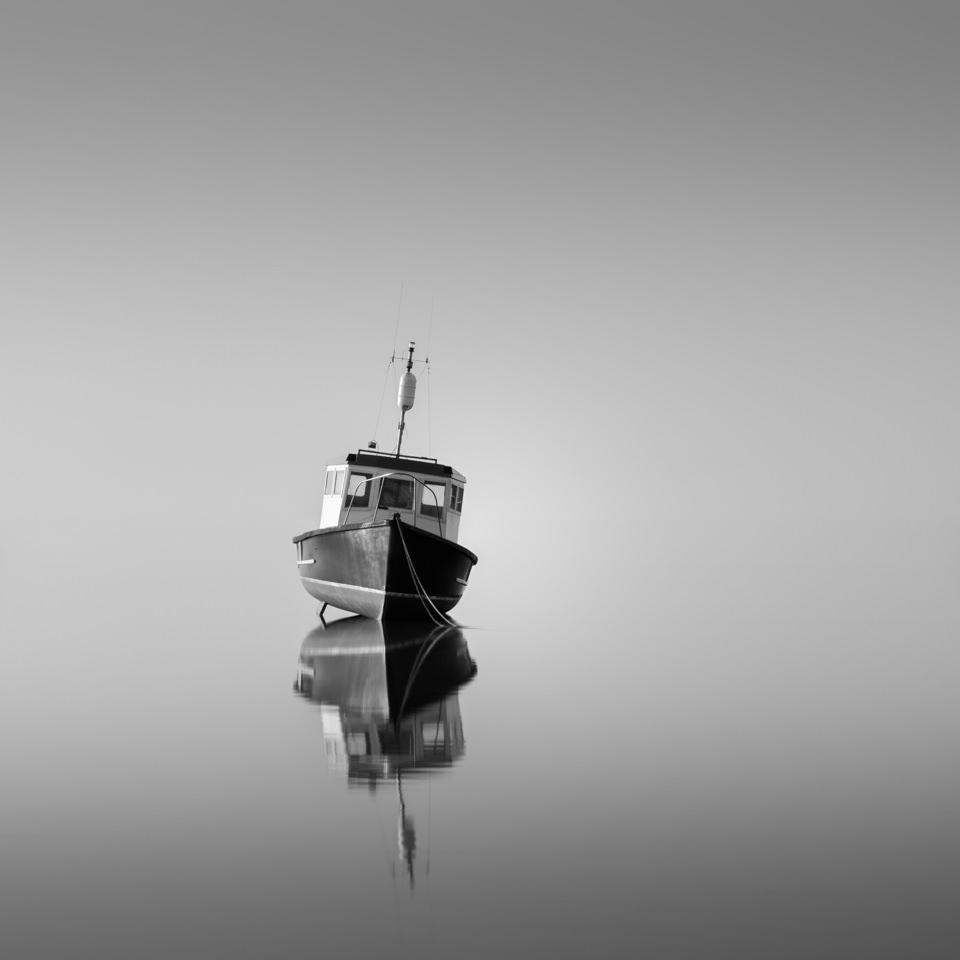 Ein Boot im Wasser.