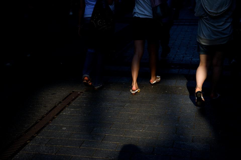 Straßenfotografie: Die Beine verschiedener Menschen.