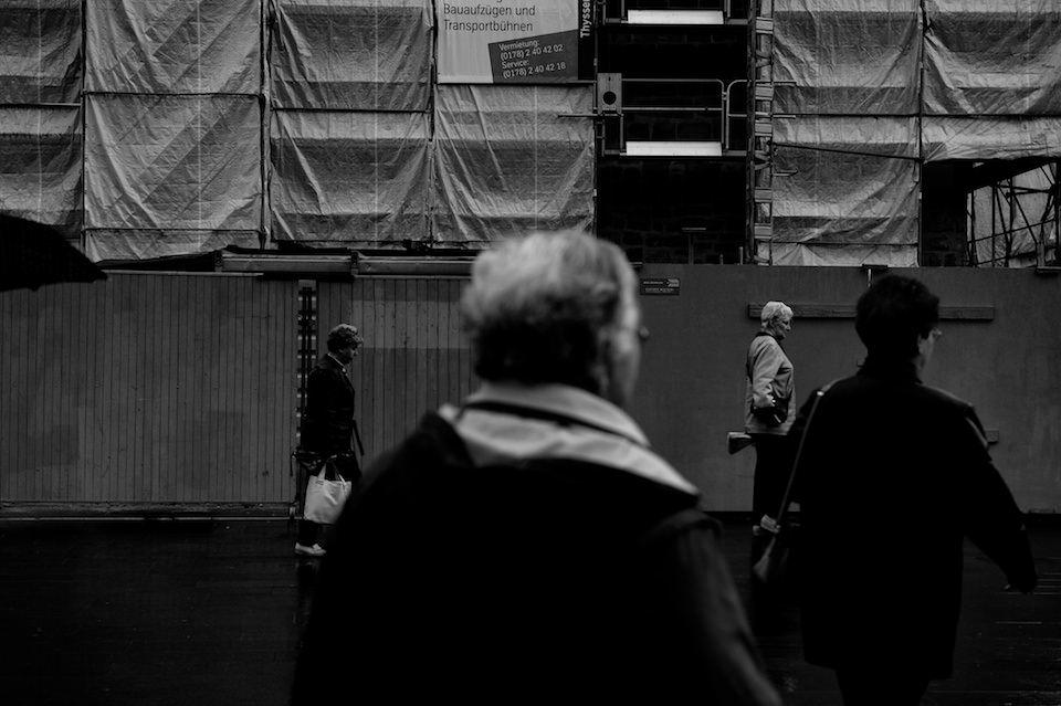 Straßenfotografie: Verschiedene Silhouetten von Menschen.