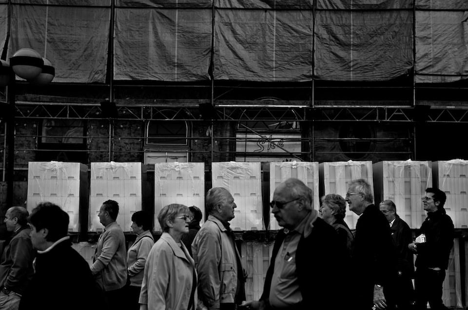 Straßenfotografie: Mehrere Menschen in einer Fußgängerzone.