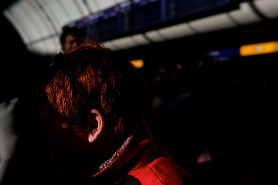 Straßenfotografie: Fokus auf das Ohr einer Frau.
