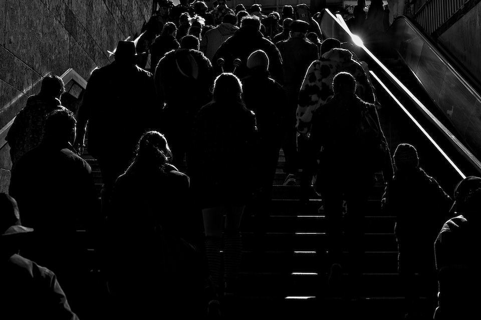 Straßenfotografie: Eine Menschenmasse im Gegenlicht.