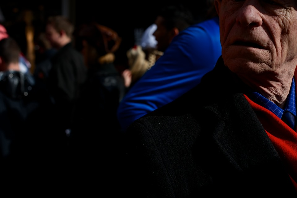 Straßenfotografie: Ein Mann schaut zur Seite.
