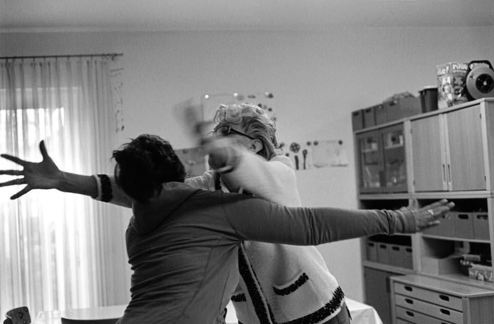 Zwei Frauen umarmen sich gegenseitig.