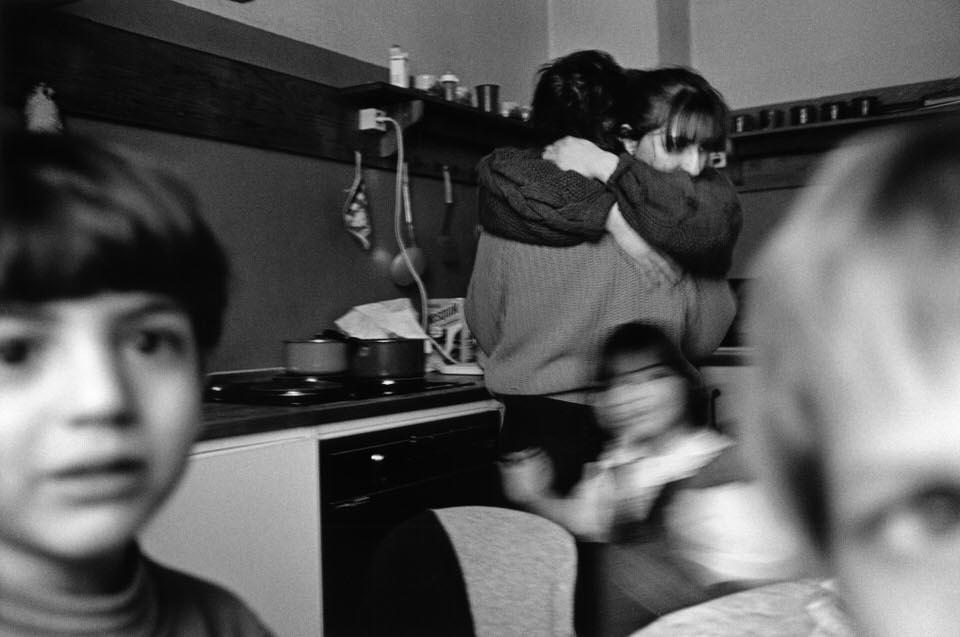 Kinder und Erwachsene in der Küche.