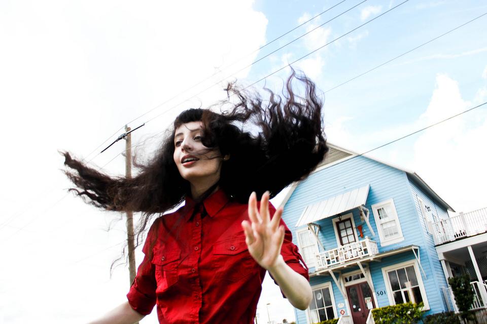 Die fliegenden Haare einer Frau.